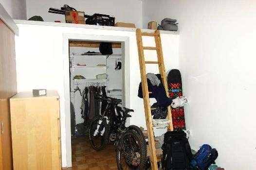 begehbarer Schrank im Schlafzimmer