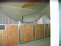 Frontwand mit geschwungener Vorderfront Pferdeboxen Stalleinrichtungenrichtungen
