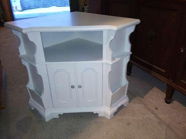 sch ner wei er eckschrank neobarock um 1970 shabby shick wei kostenlose zustellung. Black Bedroom Furniture Sets. Home Design Ideas