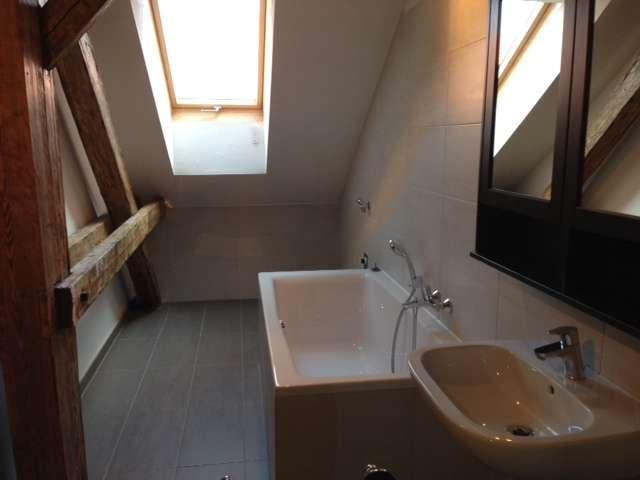 Badezimmer mit Dachfenster, Badewanne und geräumige Dusche