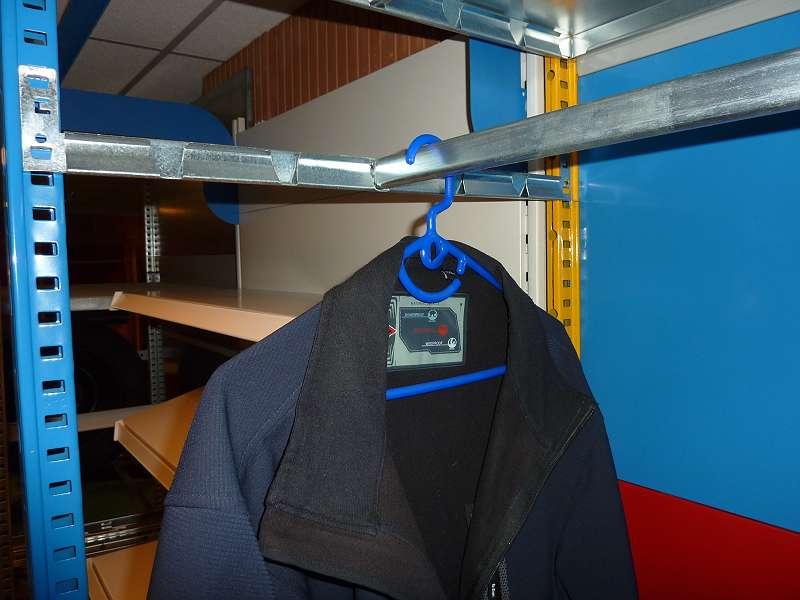 MR3 Regal mit Kleiderstange