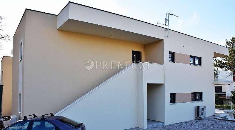 Njivice, Wohnung im ersten Stock eines neuen Gebäudes mit Garten und freiem Meerblick!