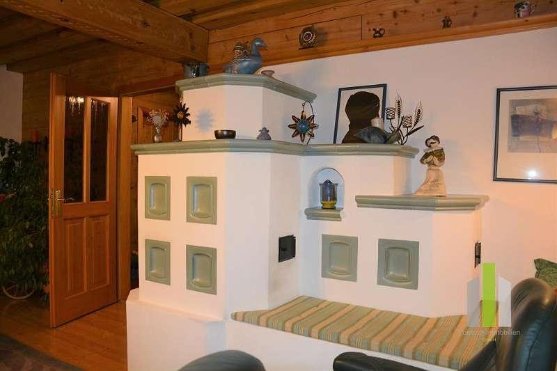 Kachelofen mit Ofenbank im Wohnzimmer
