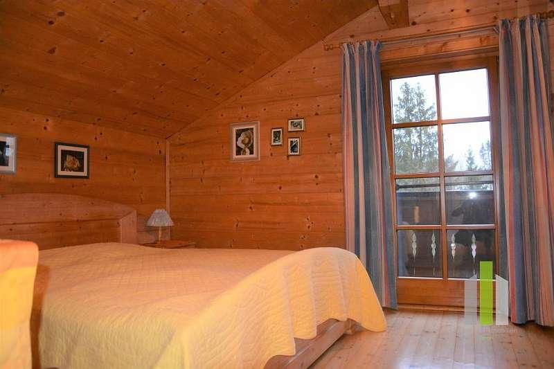 Schlafzimmer mit Ausgang auf Balkon