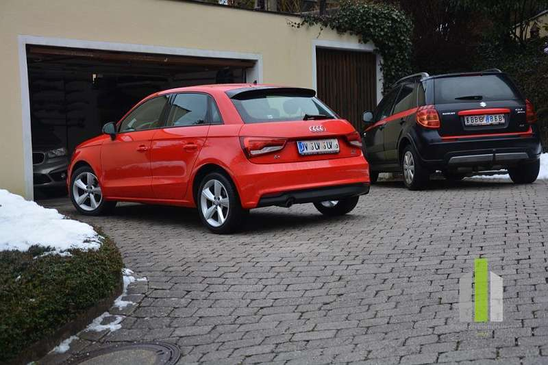 Große Garage mit ausreichend Parkplätzen
