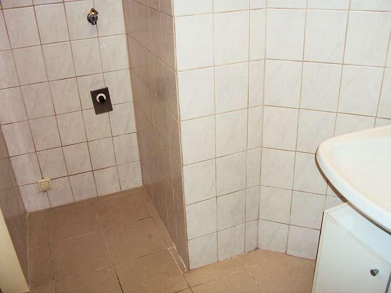 Badezimmer Blick zum Waschmaschinen - Anschluss