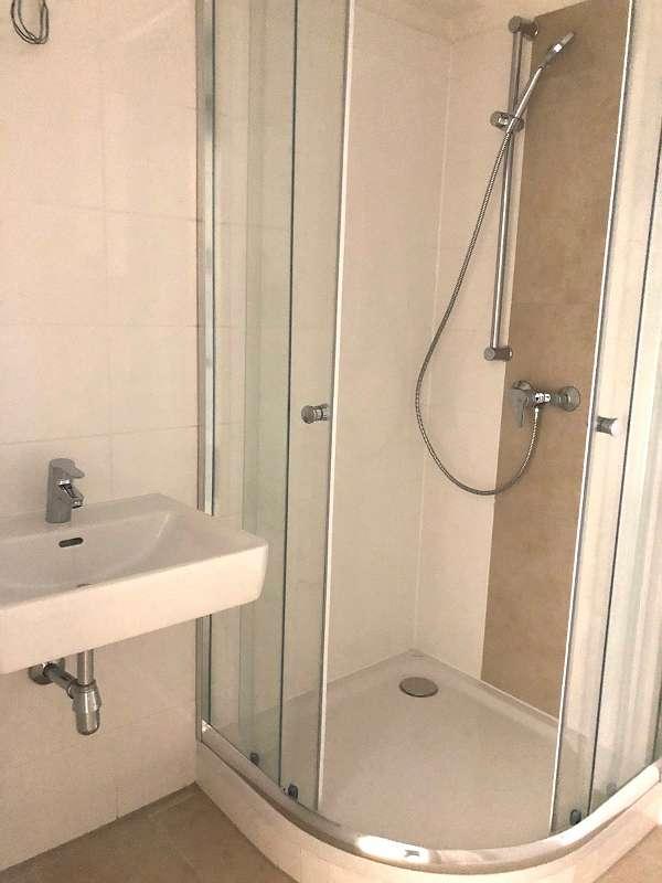 Modernes, neues Badezimmer