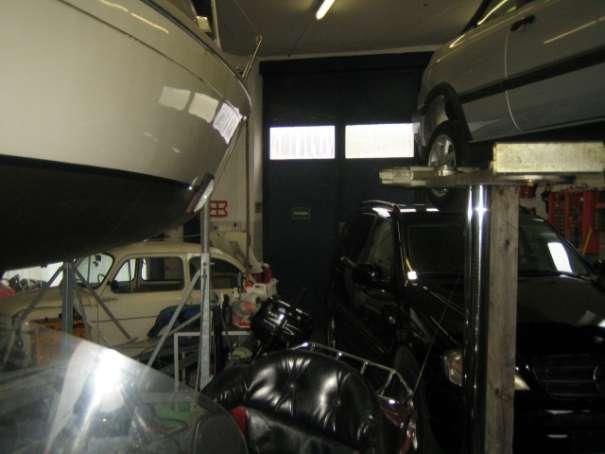 Garage mit hydraulischer Hebeanlage. Raumhöhe ca. 4 Meter.