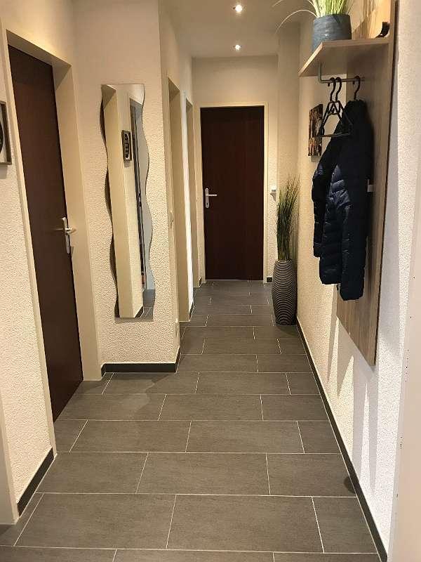 Vorraum (links Zugang zu 2 Zimmern, Abstellraum, WC, geradeaus Bad, rechts vorne Küche)