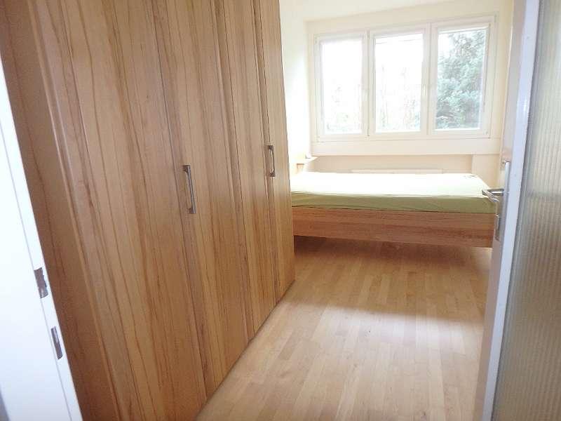 erstes Schlafzimmer mit Schrank
