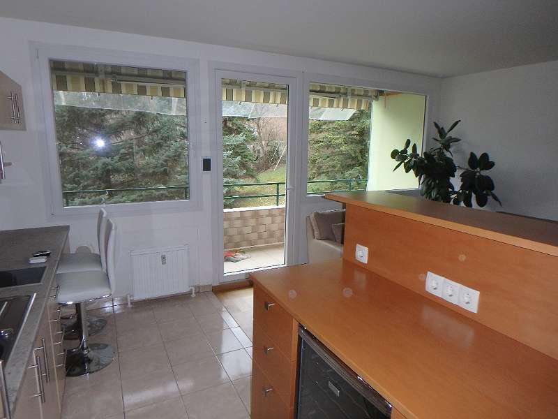Blick aus der Küche auf den Balkon
