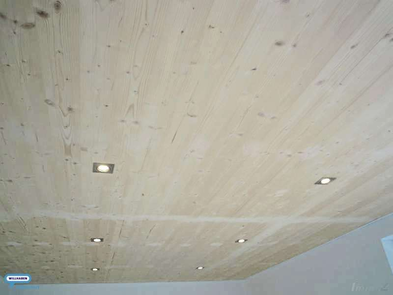 Decke mit Spotlight-Beleuchtung