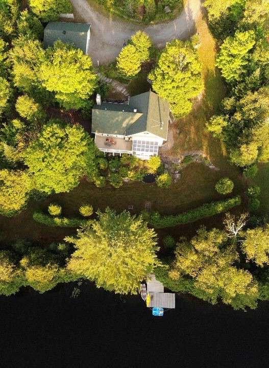 Luftbild von Haus und Garage sowie Schwimmsteg