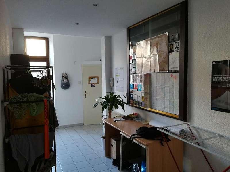 Helles und möbliertes 16qm Zimmer, in netter 4er-WG, gute Anbindung!