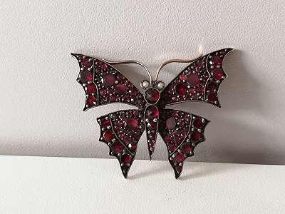 Schmetterling aus Gold mit Granaten