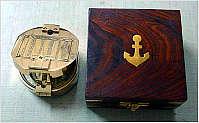 Bild 1: Kompass in Holzbox