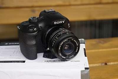 Sony Alpha 3000 mit Objektiv