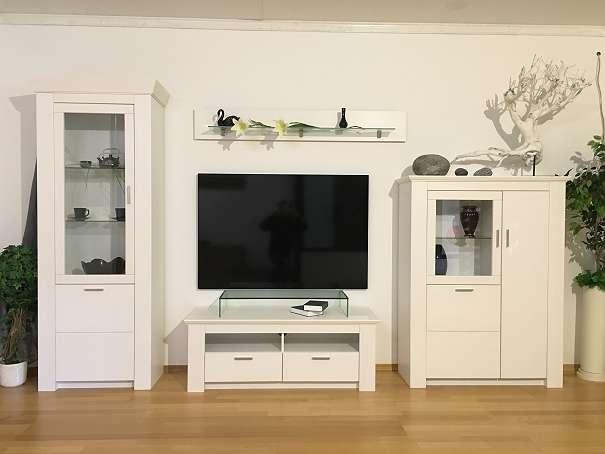 Wohnwand aus Massivholz in weiß lackiert