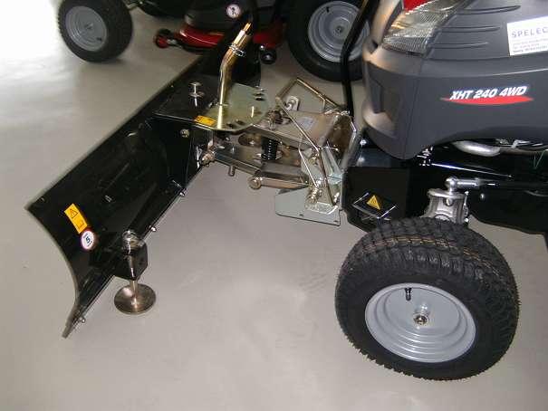 Castelgarden Rasentraktor XHD 240 4WD mit Schneeschild Tielbürger, Splitt-Streuer NEU