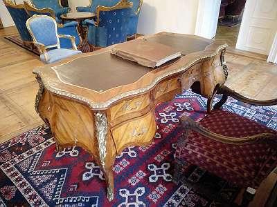 A92 Wuchtiger Schreibtisch
