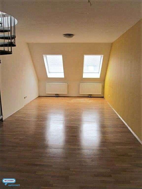 Wohnzimmer mit Wendeltreppe