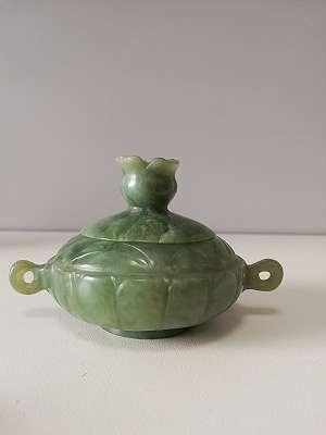 kleine asiatische Deckeldose aus Jade