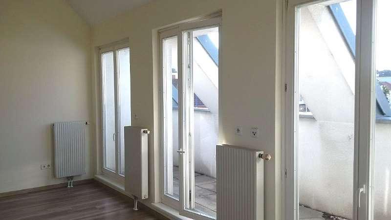 Bild 1 von 10 - Wohnzimmer mit kleiner Dachterrasse