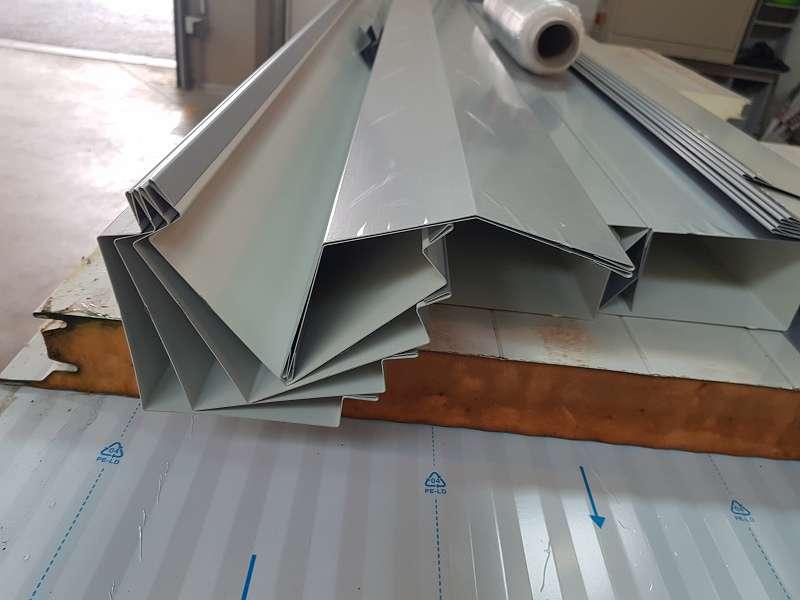 Hallenbau Paneele und Kantteile
