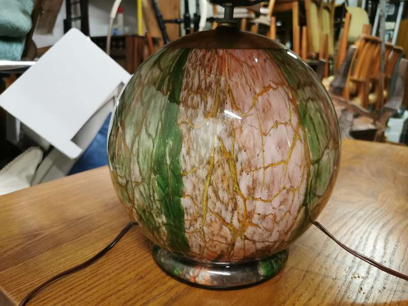 Seltene, grosse WMF Ikota, Design Karl Wiedmann, Tischlampe, innenbeleuchtete mundgeblasene Glaskugel, Originalschirm, 1930er
