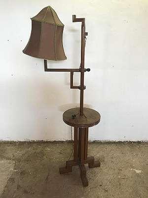 Hochdekorative Art Dèco Stehlampe, geschnitzte Helle Eiche, Seidenschirm, Höhenverstellbar, Beistelltisch, um 1925 (Differenzbesteuerrung)