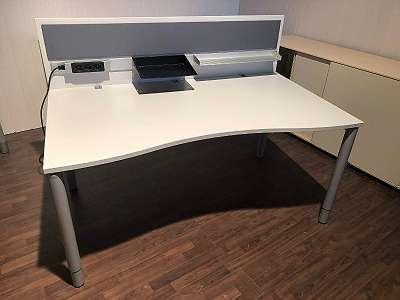 BENE - höhenverstellbarer Schreibtisch - Arbeitsplatz mit akustisch wirksame Tischtrennwand, Steckdosenleiste 3er und Ablagefächer, Schreibtsiche, Bürotische,