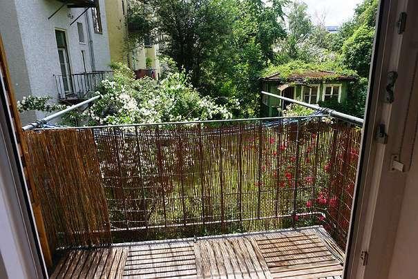 Stilvolle 2 Zimmer Altbauwohnung mit Balkon in zentraler Lage. Unbefristete Hauptmiete.