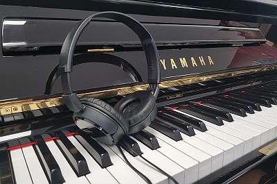 Yamaha Klavier U1, schwarz poliert -mit Silent - kostenlose Lieferung in ganz Österreich (*)