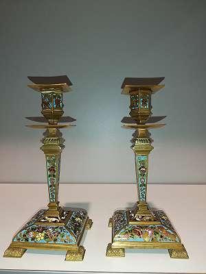 Zwei Bronzeleuchter Emailliert