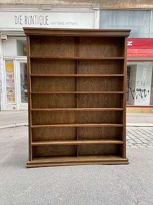 Riesiges Bücherregal