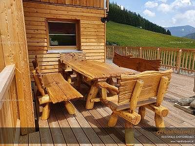 Handholzwelt! Wir verkaufen Gartengarnituren und nicht irgendetwas. Handholzwelt steht für hohe Qualität und ein einzigartiges natürliches Design. Unsere Möbelbauer bauen seit über 20 Jahren Eichen-Gartengarnituren. Obwohl unsere Garnituren trau