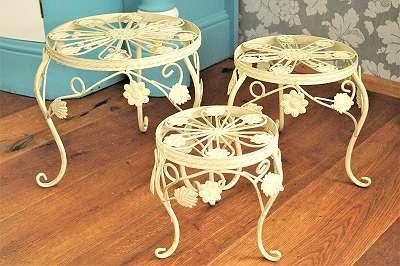 Blumentischerl 3 Größen! Blumensäule aus Eisen im angesagten Brocante-Stil – brocante-weiß Blumentisch / Blumentischerl / Tisch / Tischerl / Metalltisch