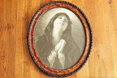 Altes, ausdrucksstarkes ovales Bild einer betenden Maria - 65 x 53,5 cm ovaler Rahmen Shabby Bocante original Vintage