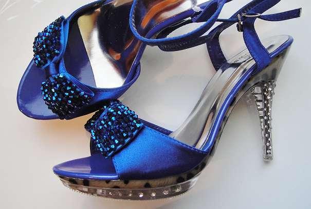 """High Fashion perlenbestickte Sandalette BLUE SATIN - HIGH HEELS """"Cinderella"""" mit Absatz und Sohle aus transparentem ACRYL mit """"GLAS-EFFEKT"""" - Allerheiligen bei Wildon - High Fashion perlenbestickte Sandalette BLUE SATIN HIGH HEELS """"Cinderella"""" mit Absatz und Sohle aus transparentem ACRYL mit """"GLAS""""-EFFEKT, besetzt mit KRISTALLEN, innen Leomuster mit 3D-Wirkung. Absatz 11cm. (+ Reserve-Absä - Allerheiligen bei Wildon"""