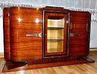 Zierliches elegantes art deco Sideboard, Buffet, aufwendigst restauriert, mit schwarz/ rotbraun melierter kleiner Marmorplatte