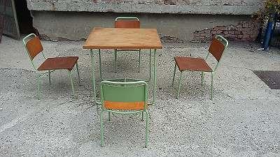 alter Tisch mit vier Stühlen