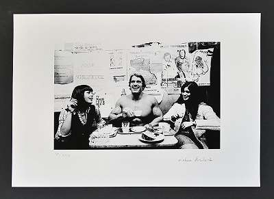 Michael HOROWITZ, Arnold Schwarzenegger im Hawelka - Fotographie - Pigmentdruck