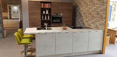 Top-Sonderangebot! Hochschrank-Küchenzeile mit großer Kochinsel, fabriksneu, jetzt nur ? 7480 anstatt LP ? 14960