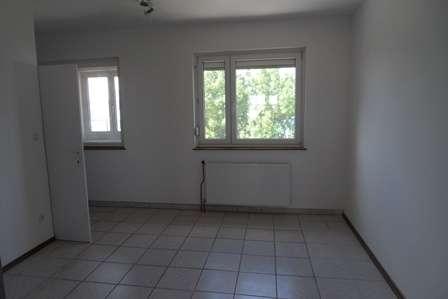 ca. 100m² - ¤ 980, - (Miete incl. BK und Heizkosten)Geräumige 3 Zimmer Wohnung mit Gartenmitbenützung