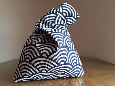 Stilvolles Set, japanische-Knotentasche im Wellendesign und der Halsschmuck