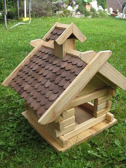 vogelhaus zum aufh ngen mit bitumenschindeln. Black Bedroom Furniture Sets. Home Design Ideas