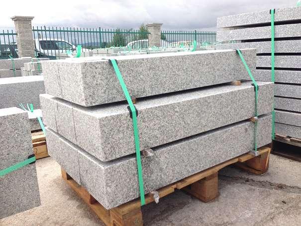 Granit Naturstein blockstufen gesägt geflammt granit grau naturstein 75 60