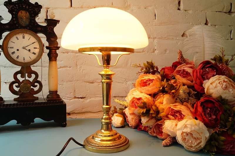 Große, schwere Messing Bankerlampe / Bibliothekslampe / Schreibtischlampe / Bürotischlampe mit schwenkbarem Glasschirm im eleganten Art Déco Vintagestyle grüner Schirm Licht Leuchte